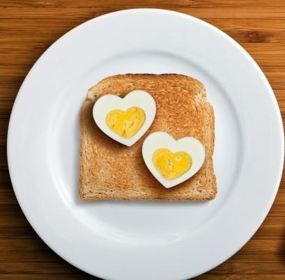 Gekookt ei in hart vorm maken
