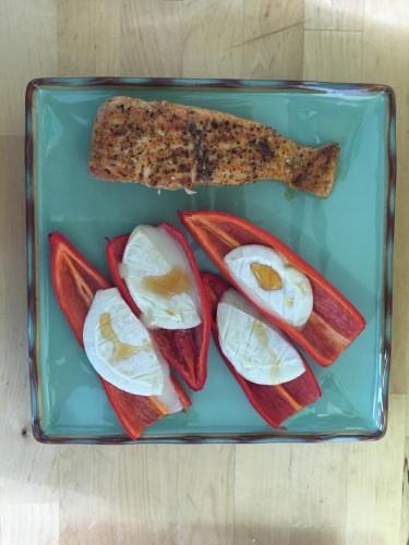 Zalm met zoete paprika en geitenkaas uit de oven