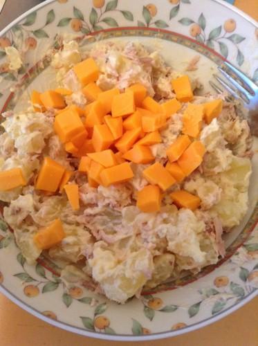 Aardappelsalade met tonijn en kaas