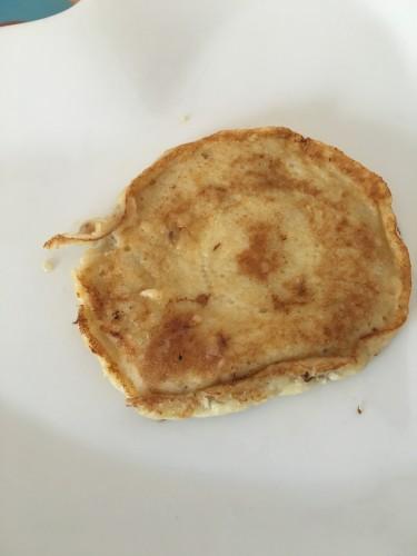 Een klein banaan en eier pannenkoekje