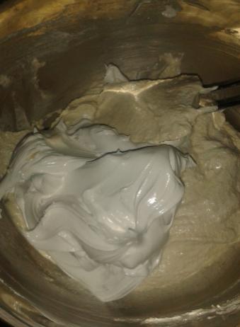 Voeg de meringue aan de amandelbroyage toe