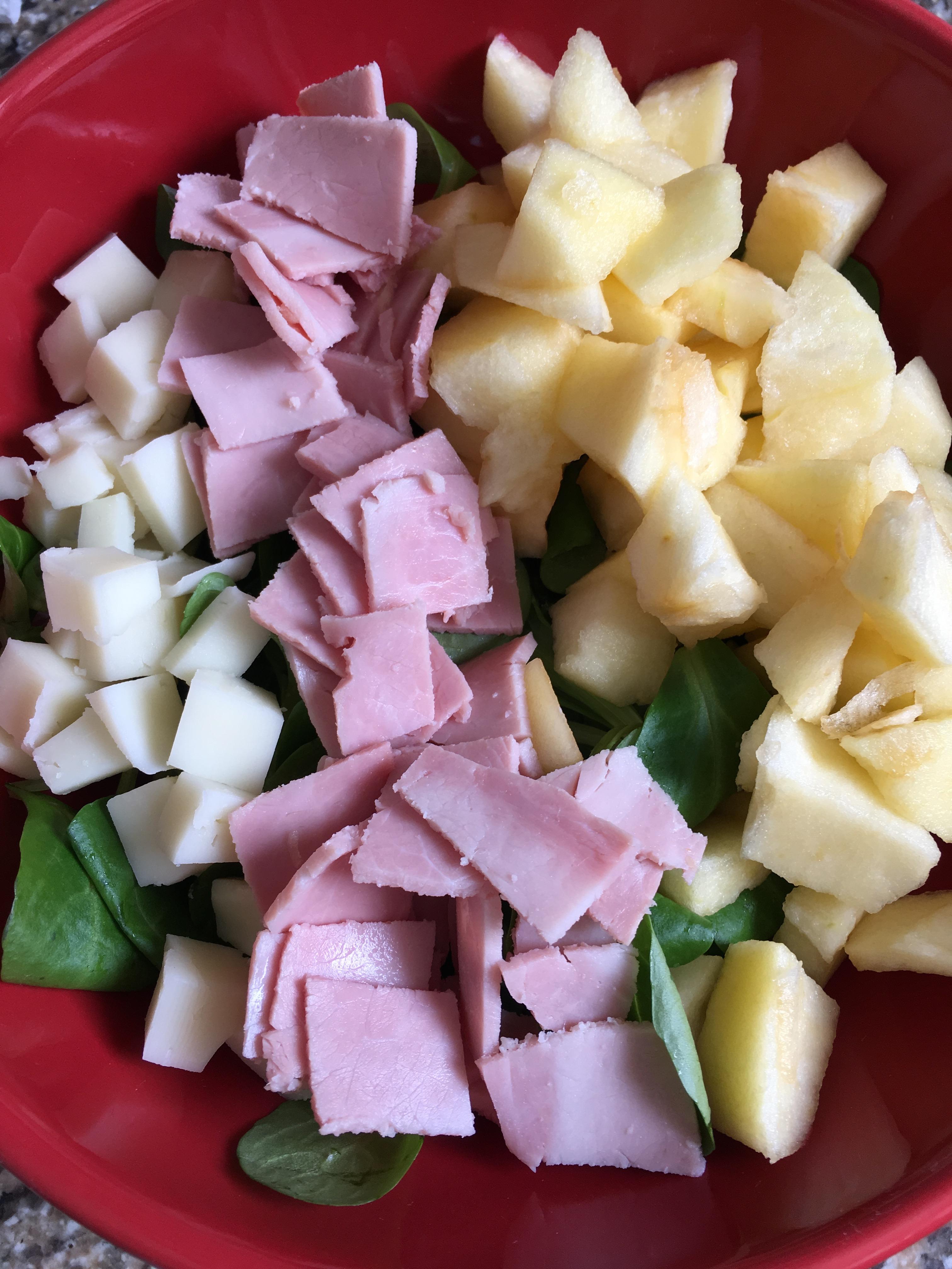 salade met ham, schapenkaas en appel