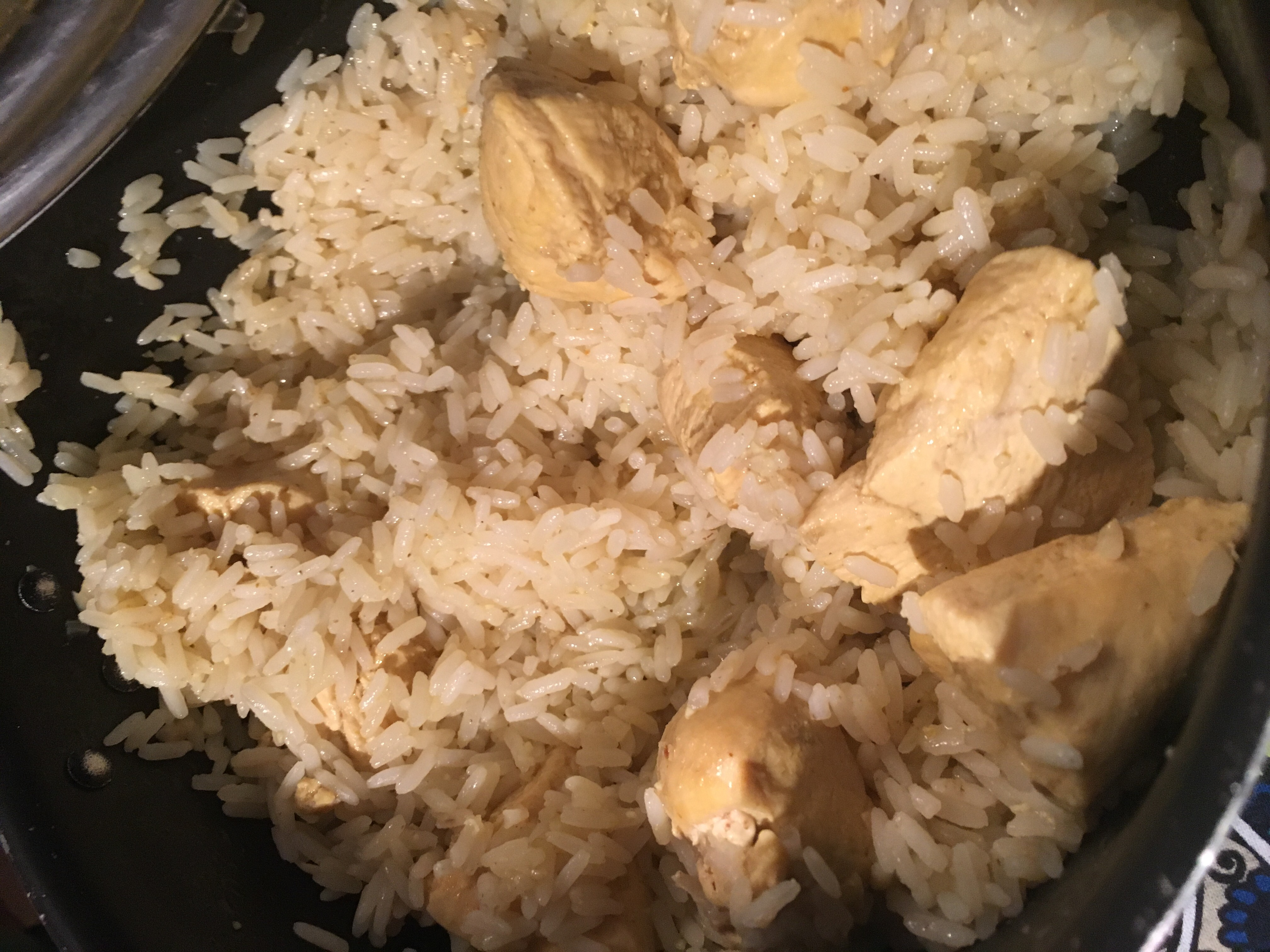 Rijst met kurkuma en kip