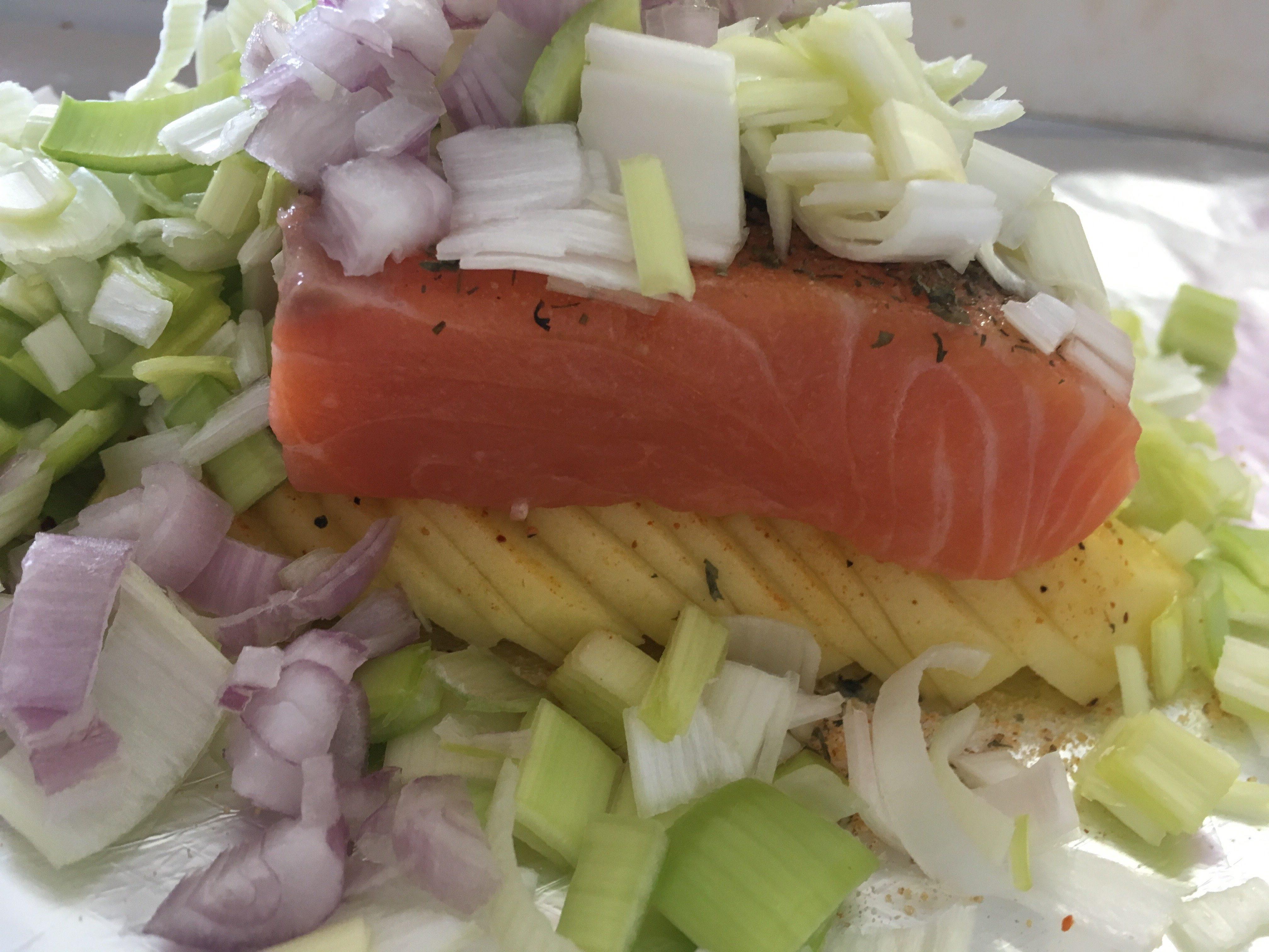 Papillote met zalm, aardappels en groenten uit de oven